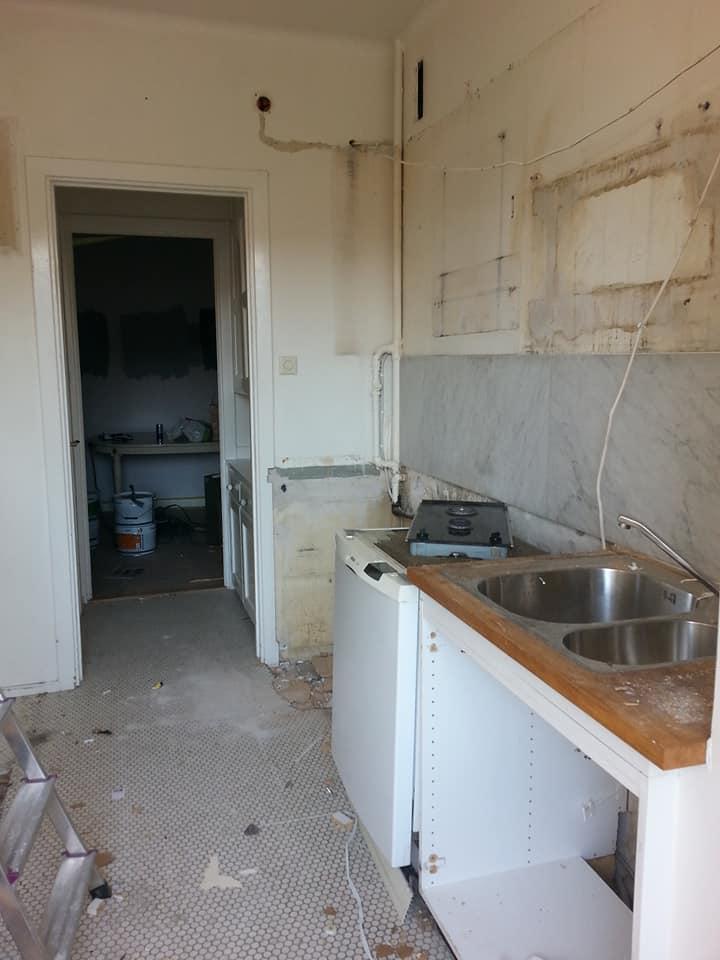 En bit in i nedrivningen. Är så glad överatt vi har landat i att det blir vit carreramarmor i nya köket också – det har varit det enda jag gillat.