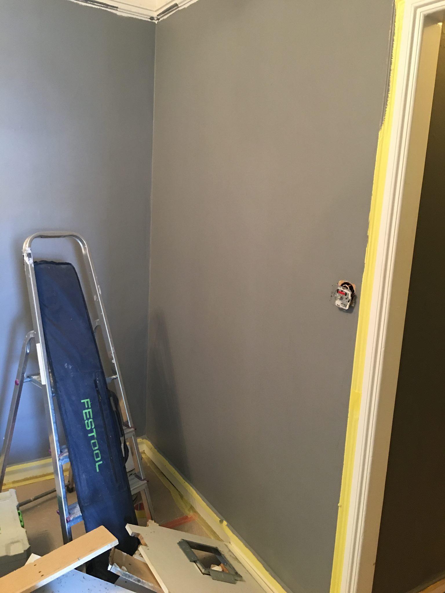 Den grå i matsalen blir mycket ljusare än den i vardagsrummet, men upplevs ändå som ganska mörk på grund av att det är mindre ljus i rummet
